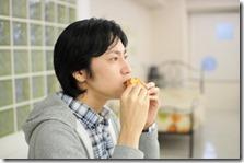 人前でなぜか食事ができないという人の原因と解決法